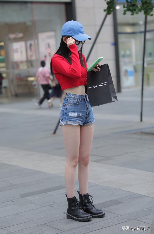 美女街拍:紅衣配熱褲,這樣身材的小姐姐有誰不喜歡 正妹集中營 第2张