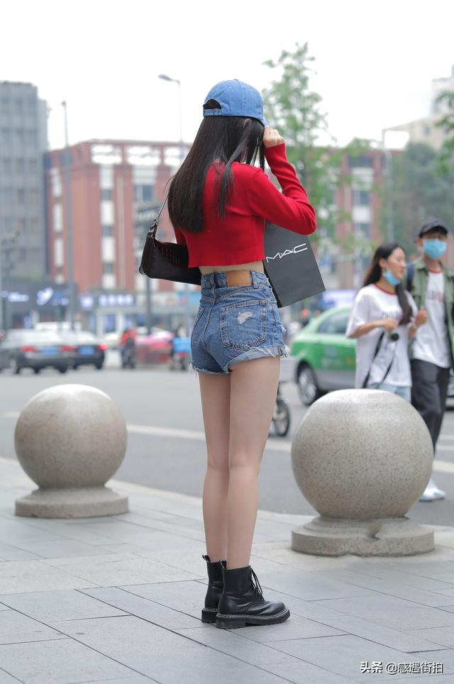 美女街拍:紅衣配熱褲,這樣身材的小姐姐有誰不喜歡 正妹集中營 第3张